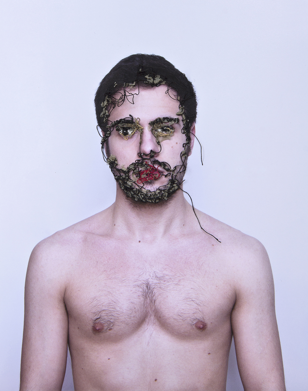 Mi vida a flor de piel. Fotografía, hilo y piel. Vitrina 20 x 16,5 cm. 2013